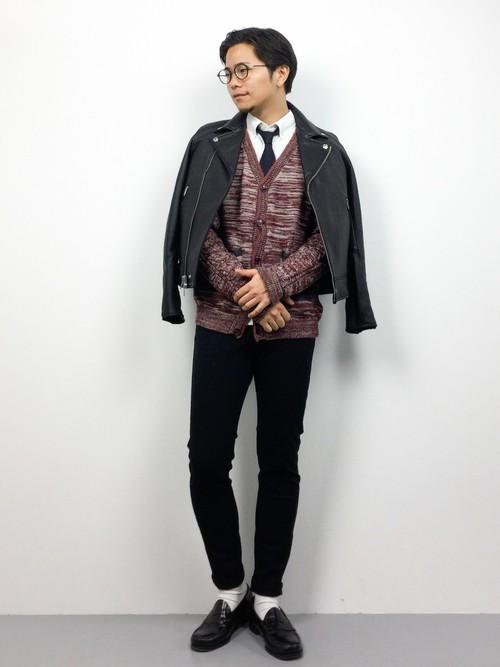 黒スーツ×黒ネクタイ×紫ボーダーカーディガン