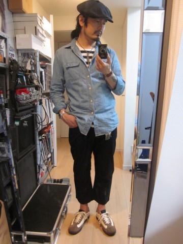 ブルーシャツ×ブラックパンツ