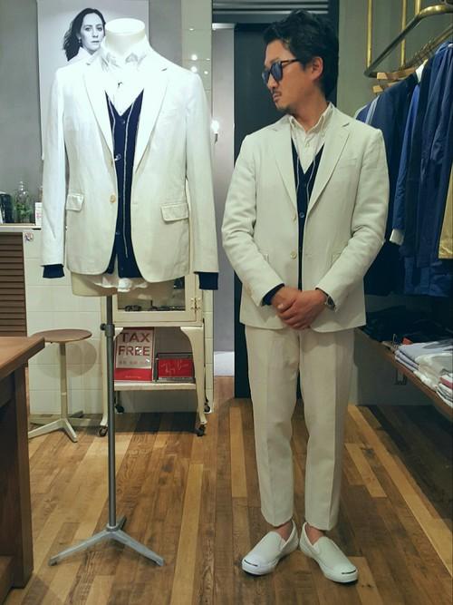 白スーツ×紺カーディガン