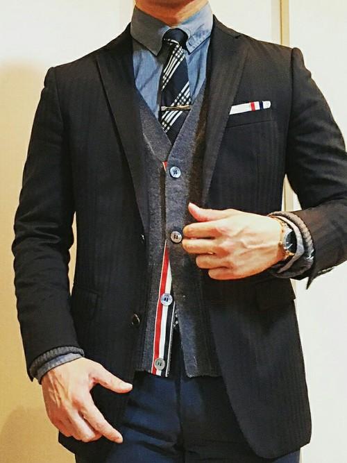 グレースーツ×青ネクタイ×グレーカーディガン