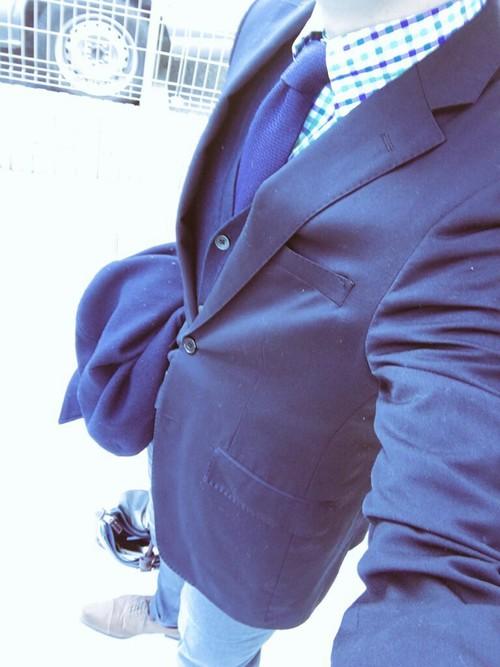 紺スーツ×紺ネクタイ×紺カーディガン