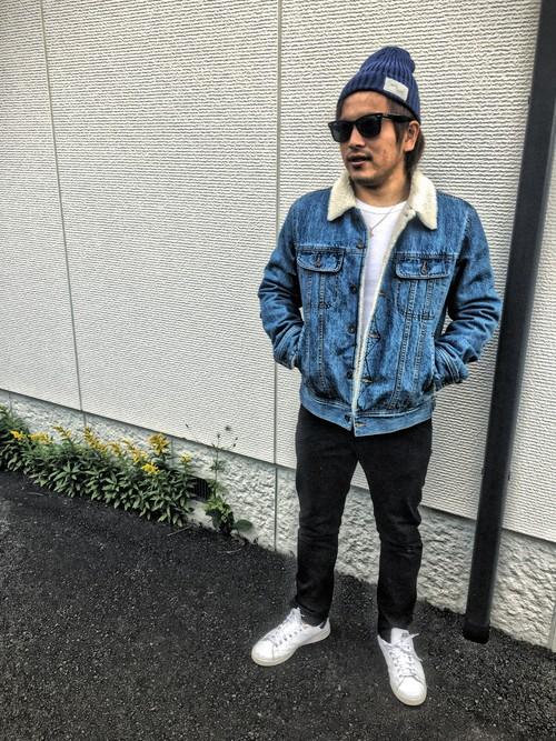 ボアデニムジャケット×Tシャツ×黒パンツ×スニーカー