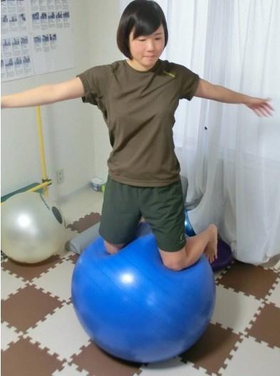 膝立ち バランスボール