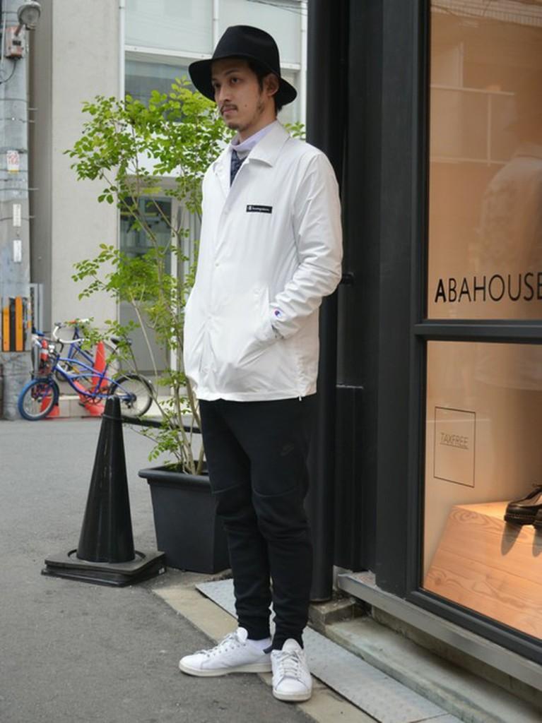 白コーチジャケット×黒ジョガーパンツ