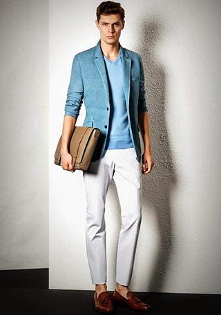 ジャケット×ブルーカットソー×白パンツ