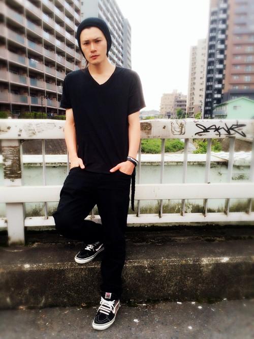 黒カットソー×黒パンツ