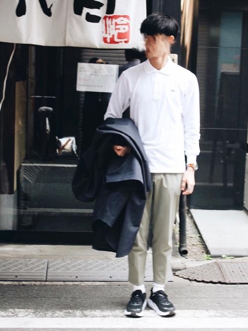 白シャツ×ベージュスラックス