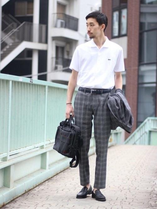 チェックスーツ×白ポロシャツ×革靴