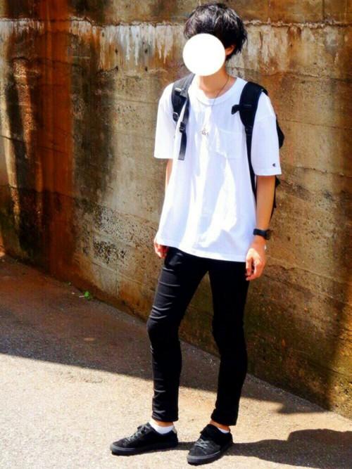 白ポケットTシャツ×スキニーデニム