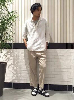 白スキッパーシャツ×グレーカットソー×ベージュパンツ