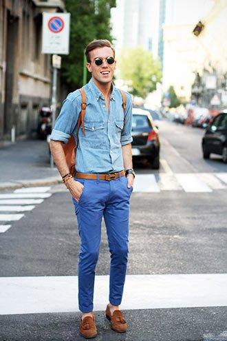 デニムシャツ×ブルーパンツ×ブラウンモカシン
