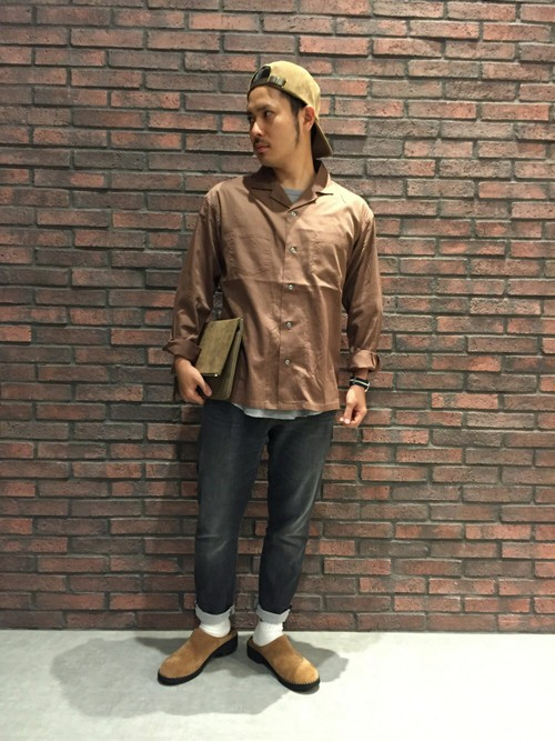 ブラウンシャツ×ブラックデニム