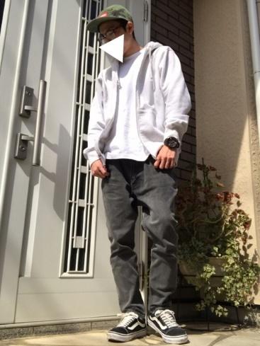 パーカー×白ポケットTシャツ×黒デニム