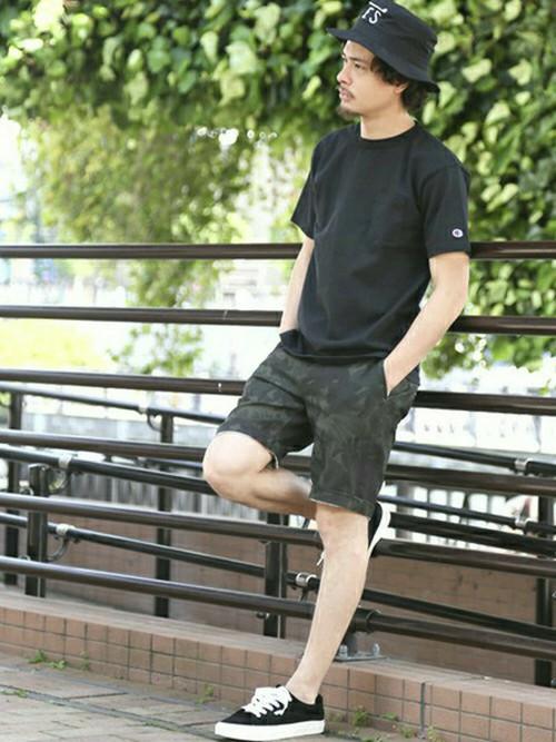 ブラックTシャツ×カーキショーツ