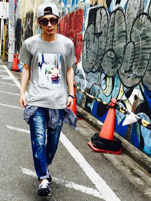 グレーTシャツ×チェックシャツ×デニム
