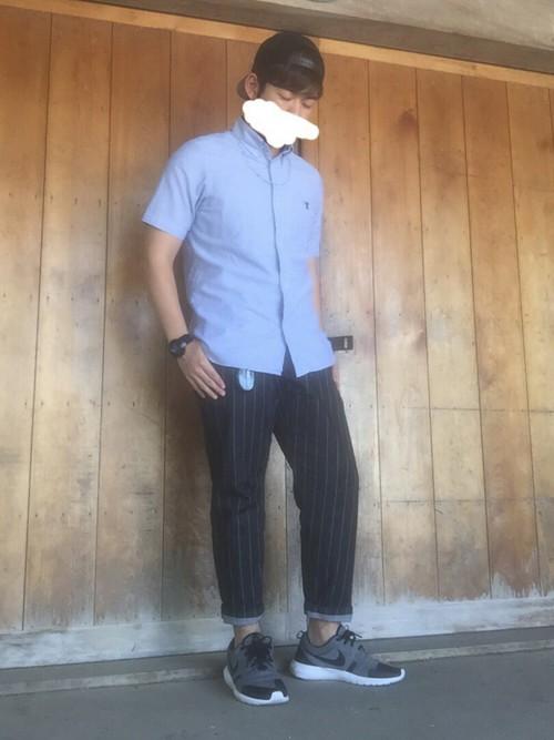 青シャツ×ストライプパンツ