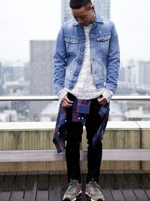 デニムジャケット×グレーニット×黒パンツ