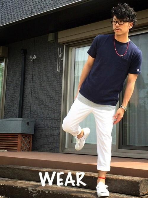 ネイビーTシャツ×白パン