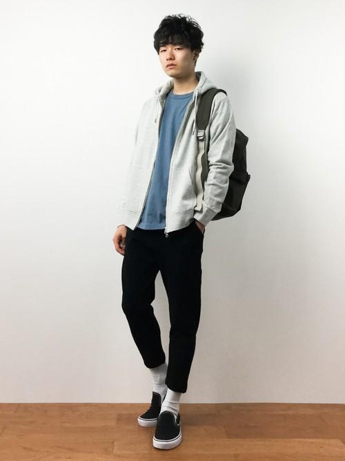 ブルーTシャツ×パーカー×7分丈パンツ