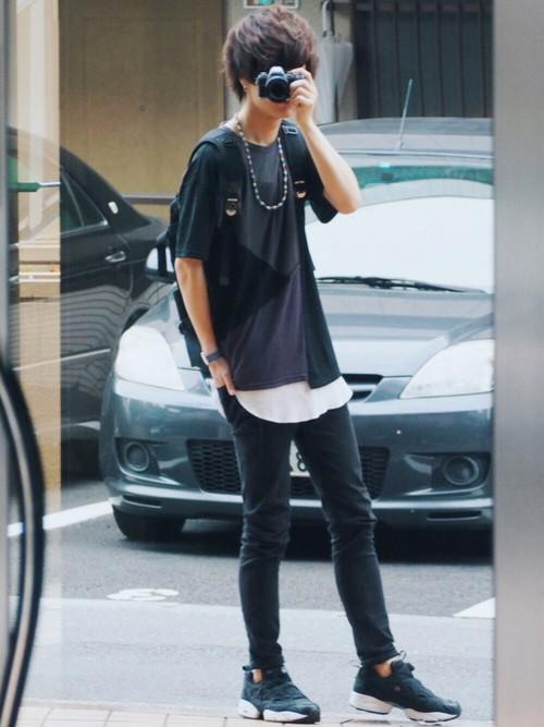 黒Tシャツ×白Tシャツ×黒パンツ