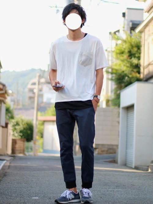 白ポケットTシャツ×ネイビージョガーパンツ