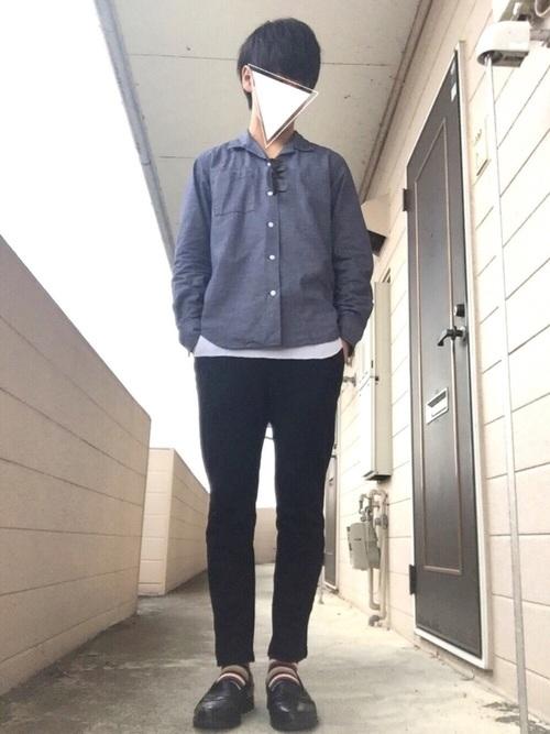 ネイビーシャツ×黒パンツ