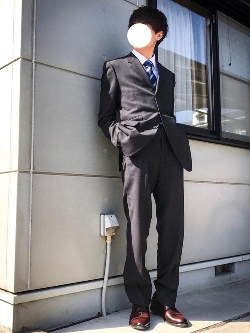 ブラックスーツ×白シャツ×ブラウンシューズ