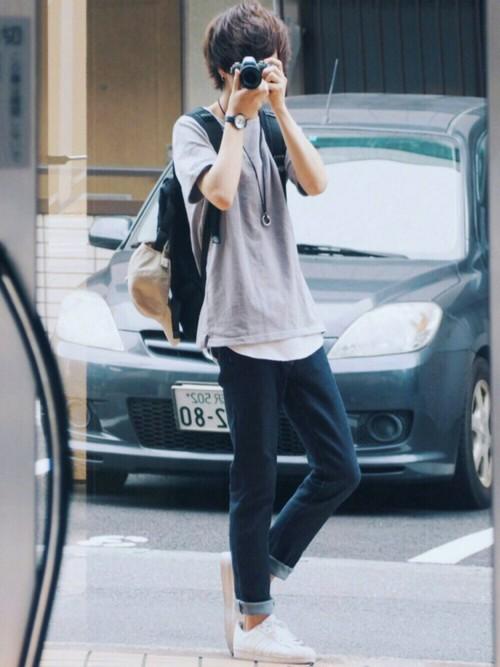 グレーTシャツ×白Tシャツ×デニム
