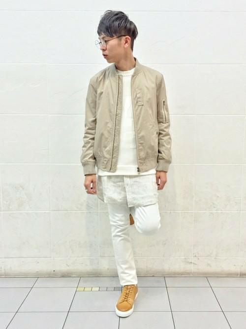 ベージュMA-1×白カットソー×白パンツ