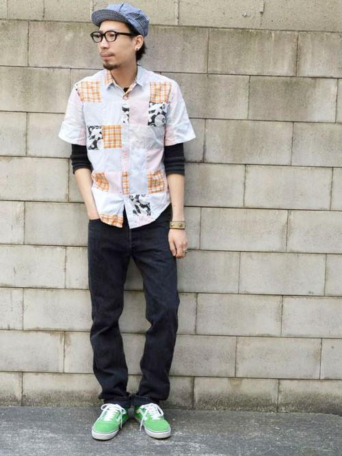 チェックシャツ×デニム×グリーンスニーカー