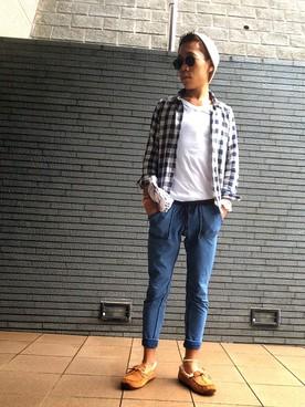チェックシャツ×白カットソー×ジョガーパンツ×ベージュモカシン