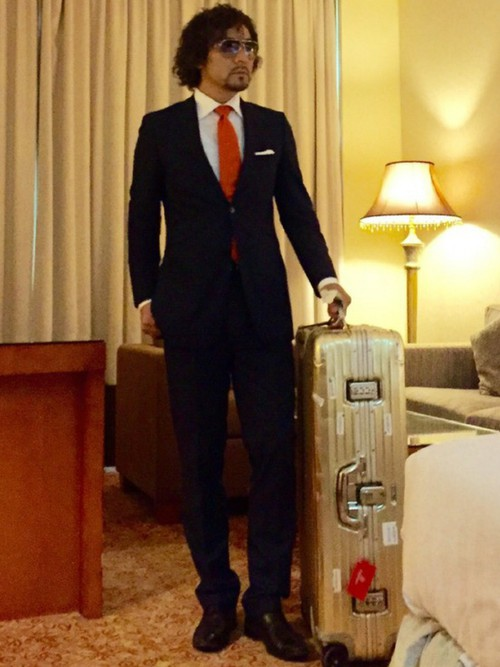 黒スーツ×白シャツ×オレンジネクタイ