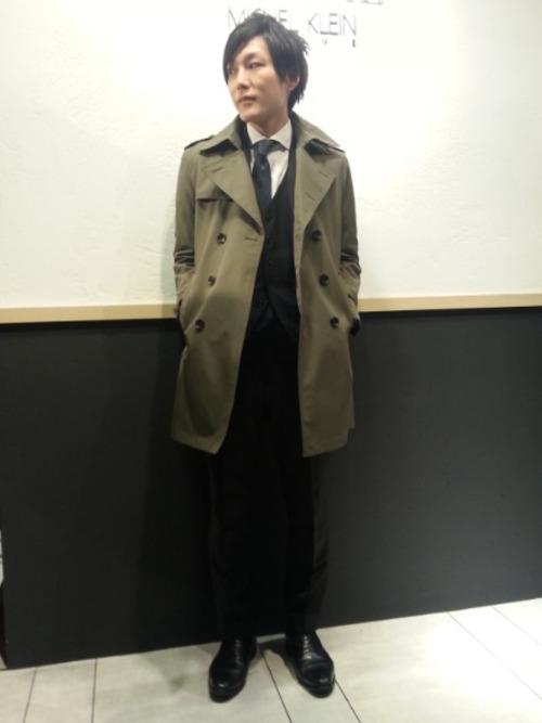 トレンチコート×ブラックスーツ×白シャツ