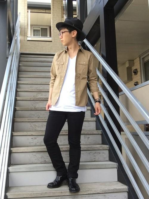 シャツ×白Tシャツ×黒パンツ