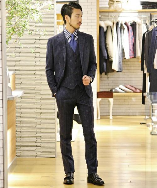 ストライプスーツ×ストライプシャツ×ブルーネクタイ×黒革靴