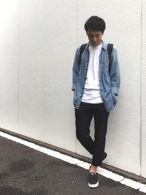 デニムシャツ×白カットソー×黒クロップドパンツ