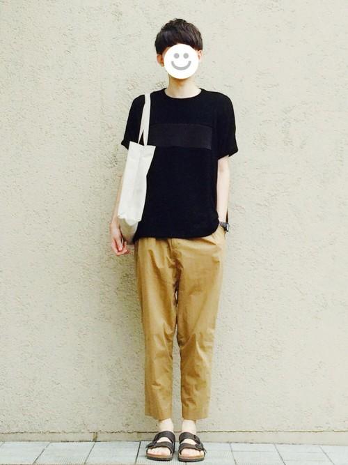 黒Tシャツ×チノパン