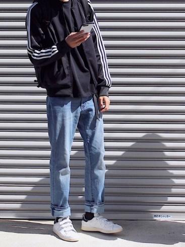 トラックジャケット×黒ポケットTシャツ