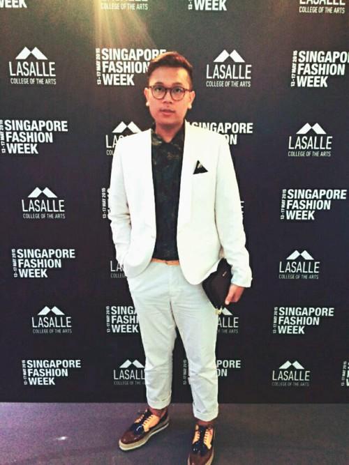 白スーツ×カモフラシャツ