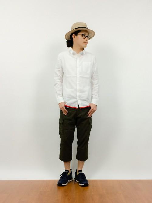 白シャツ×黒クロップドパンツ
