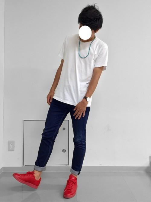白のクルーネックTシャツ×デニム