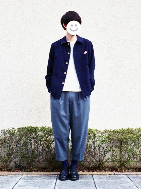 ネイビージャケット×白カットソー×ブルーワイドパンツ