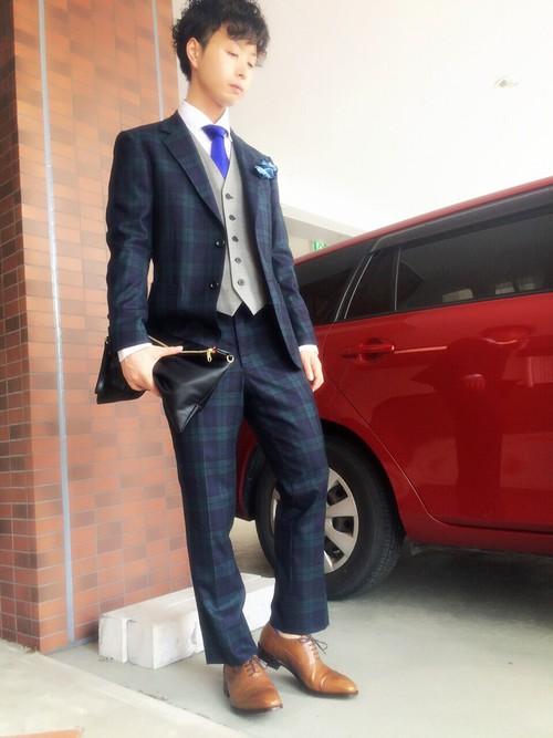 グリーンチェックスーツ×グレーカーデ×白シャツ×ブラウン革靴