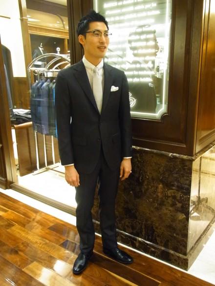 黒スーツ×白シャツ×白ネクタイ×革靴