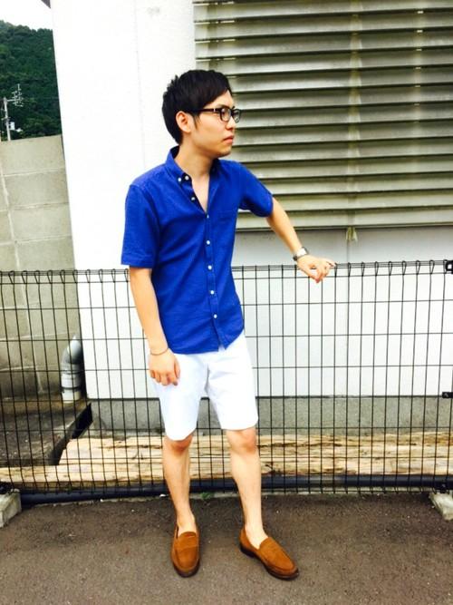 青シャツ×白ハーフパンツ