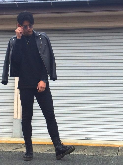 ライダースジャケット×黒Tシャツ×黒パンツ