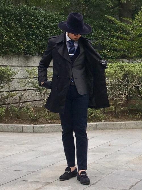 ブラックコート×グレージャケット×ストライプシャツ×ネイビーパンツ