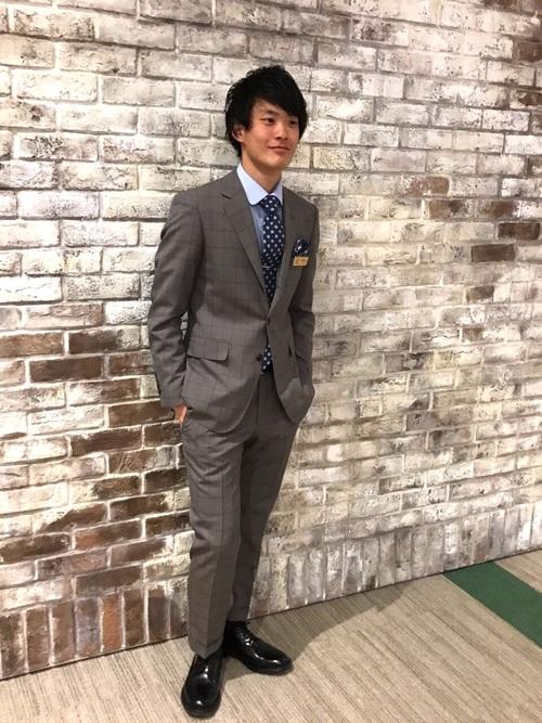 チャコールスーツ×サックスシャツ×黒革靴