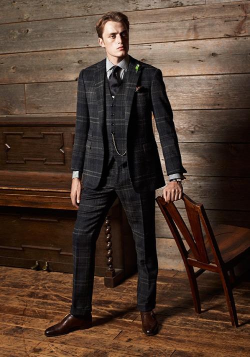 チェックスーツ×グレーシャツ×黒ネクタイ