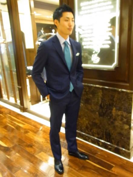 ネイビースーツ×白シャツ×エメラルドグリーンネクタイ×革靴